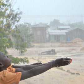 Schüler in Ayensudo im Regen im Mai
