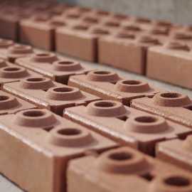 Nachhaltige Mauersteine aufgereiht zum dreiwöchigen Aushärten