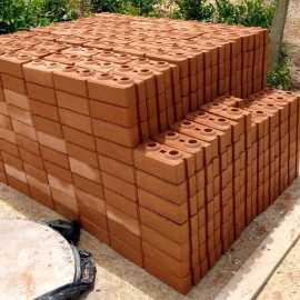 Nachhaltige Ziegelsteine gestapelt für den Verkauf