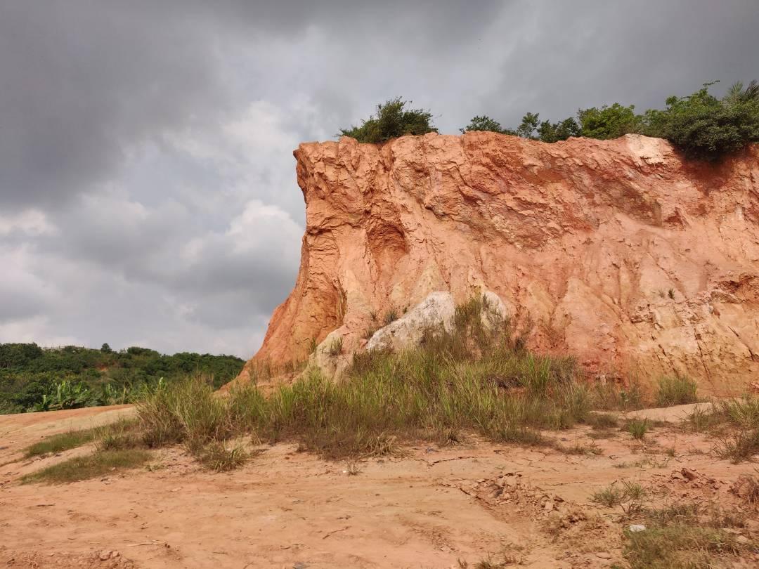Die Laterit-Erde kommt in weiten Teilen Westafrikas vor und ist im Übermaß vorhanden.