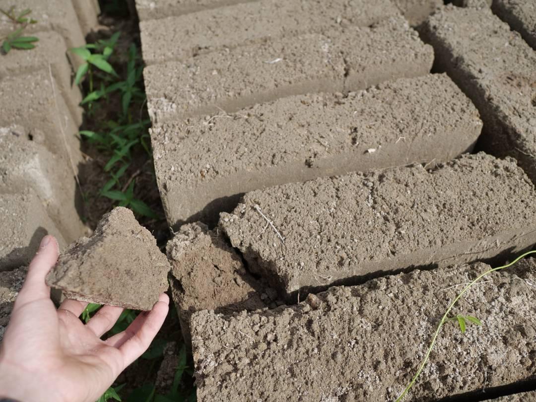 Oftmals sind Sandcrete-Blocks nicht allzu druckfest und brechen leicht.
